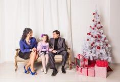Portrait de famille de Noël dans la vie à la maison de vacances Images libres de droits