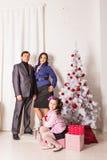 Portrait de famille de Noël dans la vie à la maison de vacances Image libre de droits