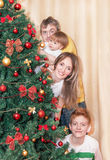Portrait de famille de sourire heureuse par l'arbre de Noël photos libres de droits