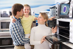 Portrait de famille de sourire sélectionnant la micro-onde Photos libres de droits