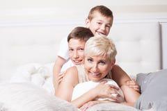 Portrait de famille, deux frères avec la maman Images libres de droits