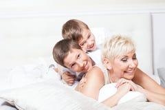 Portrait de famille, deux frères avec la maman Photographie stock libre de droits