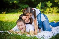Portrait de famille en parc Photos stock