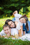 Portrait de famille en parc Images stock