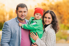 Portrait de famille en parc Photo stock