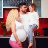 Portrait de famille enceinte heureuse à la maison Images stock