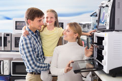 Portrait de famille gaie sélectionnant la micro-onde Photographie stock libre de droits