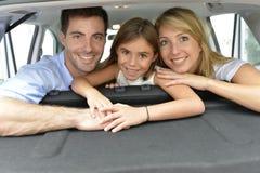 Portrait de famille heureuse à l'intérieur de voiture Photographie stock libre de droits