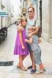 Portrait de famille heureuse appréciant des vacances d'été Photographie stock