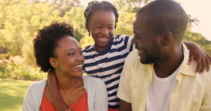 Portrait de famille heureuse au parc banque de vidéos