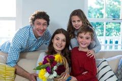 Portrait de famille heureuse avec le bouquet de fleur Photos libres de droits