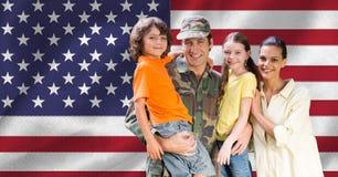Portrait de famille heureuse avec le bras autour Images stock