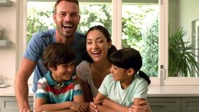 Portrait de famille heureuse dans la cuisine clips vidéos
