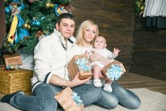 Portrait de famille heureuse dans le réveillon de Noël Photo libre de droits