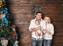 Portrait de famille heureuse dans le réveillon de Noël Photographie stock