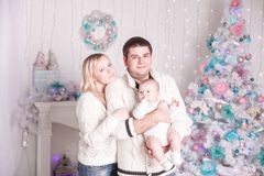 Portrait de famille heureuse dans le réveillon de Noël Image stock