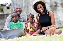 Portrait de famille heureuse en parc photographie stock libre de droits