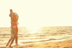 Portrait de famille heureuse et de bébé appréciant le coucher du soleil dans les loisirs d'été Photographie stock