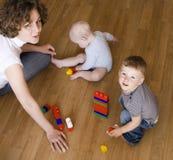Portrait de famille heureuse, mère jouant avec des fils Image libre de droits