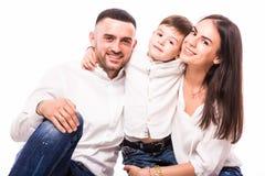 Portrait de famille heureuse : mère, père et fils Photos stock