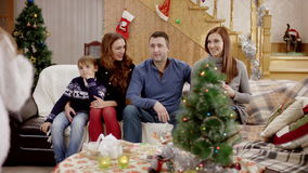 Portrait de famille heureuse montrant le pouce à la fête de Noël clips vidéos
