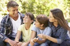 Portrait de famille heureuse se reposant dans le jardin ensemble photos libres de droits