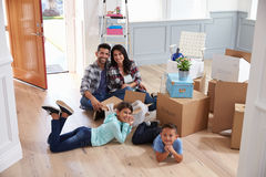Portrait de famille hispanique entrant dans la nouvelle maison photographie stock libre de droits