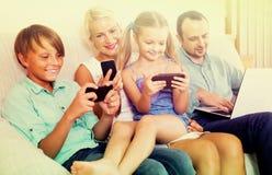 Portrait de famille jouant avec des instruments à la maison photo libre de droits