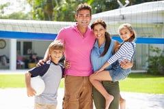 Portrait de famille jouant le volleyball dans le jardin à la maison Photo libre de droits