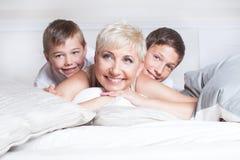 Portrait de famille, mère avec des fils Image stock