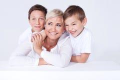Portrait de famille, mère avec des fils Images libres de droits