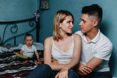Portrait de famille de maman, de papa et de fille Image stock