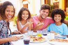 Portrait de famille mangeant le repas au restaurant extérieur photographie stock libre de droits
