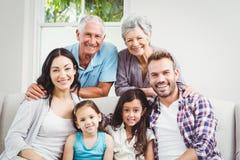 Portrait de famille multi heureuse de génération photos libres de droits