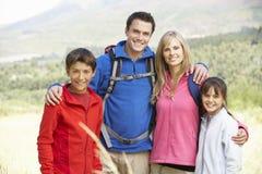 Portrait de famille sur la hausse dans la belle campagne Image libre de droits