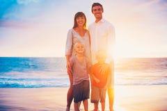 Portrait de famille sur la plage au coucher du soleil Images libres de droits