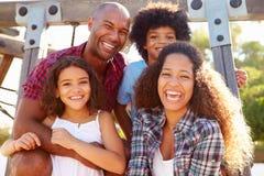 Portrait de famille sur le cadre de s'élever de terrain de jeu photographie stock