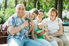 Portrait de famille sur plusieurs générations heureuse Image libre de droits