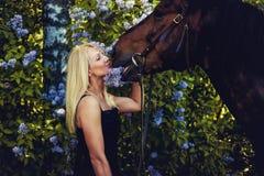 Portrait de femelle blonde avec le cheval Photo libre de droits