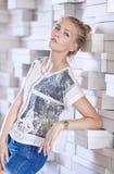 Portrait de femelle blonde dans la chemise blanche Image libre de droits
