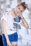 Portrait de femelle blonde dans la chemise blanche Photos libres de droits