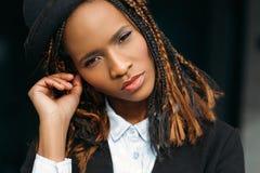 Portrait de femelle de mode Coupe de cheveux créative photos libres de droits