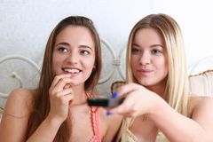 Portrait de femelle de sourire de deux beaux jeunes Photographie stock libre de droits
