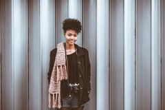 Portrait de femelle de touristes de bel Afro avec l'appareil-photo de vintage photographie stock libre de droits
