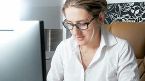Portrait de femme élégante dans le chemisier blanc fonctionnant dans le bureau sur l'ordinateur Photographie stock libre de droits