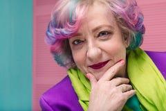 Portrait de femme élégante retirée dans son 60s images stock