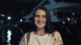 Portrait de femme élégante de voyageur d'été dehors dans la ville européenne, baie de nuit avec des yachts sur le fond Photo stock