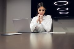 Portrait de femme épuisée et fatiguée d'affaires dans le bureau Dépression, tristesse, problèmes, concept de difficultés photographie stock libre de droits