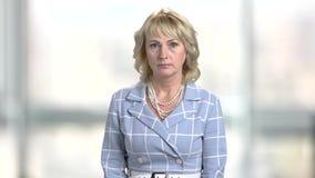 Portrait de femme étonnée sur le fond brouillé banque de vidéos