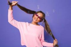 Portrait de femme adolescente dans le pull molletonné portant le sunglasse à la mode images stock